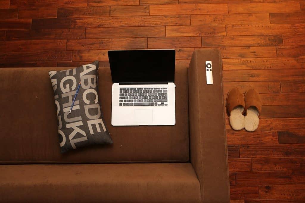 מחשב על ספה