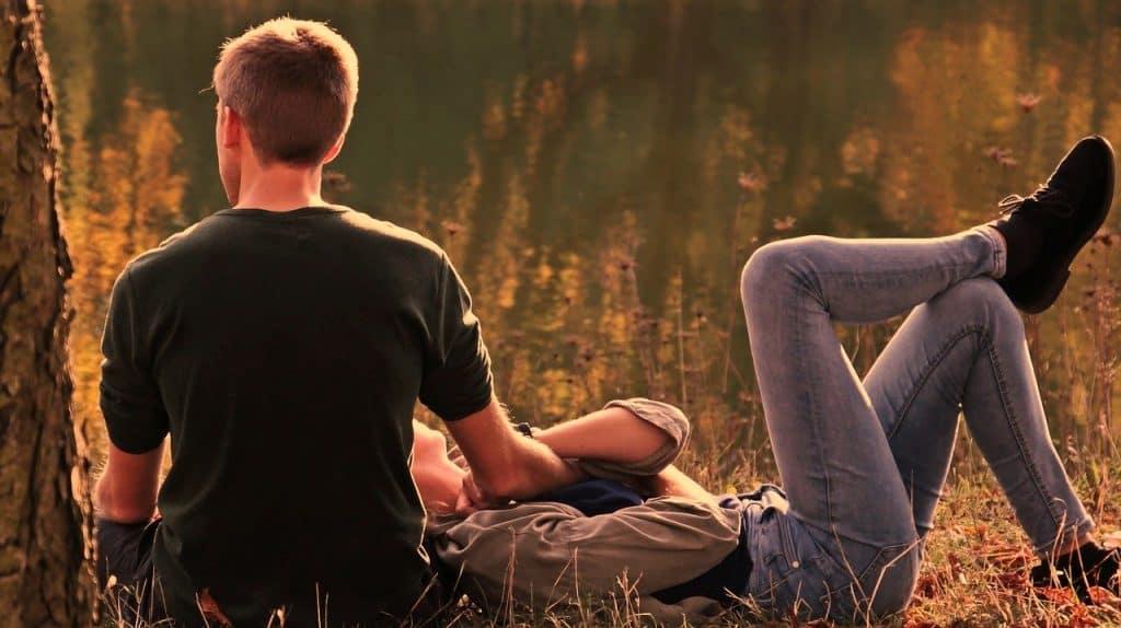זוג שוכבים על הדשא