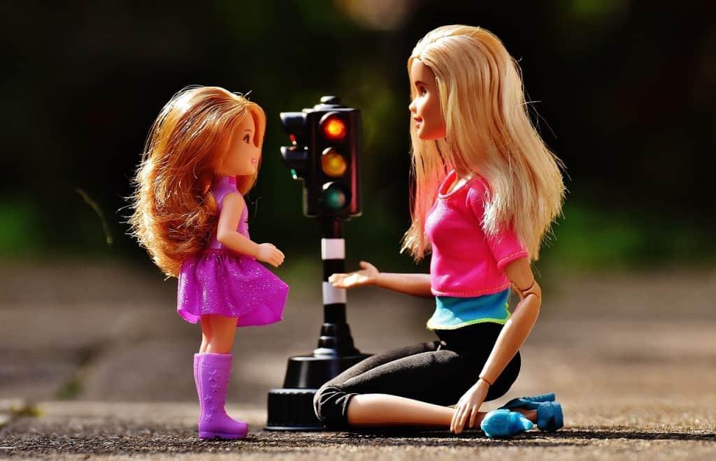 ילדה משחקת עם בובה
