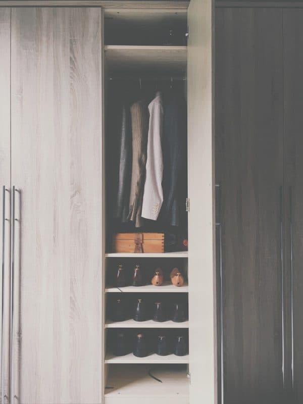 בגדים ונעליים בארון