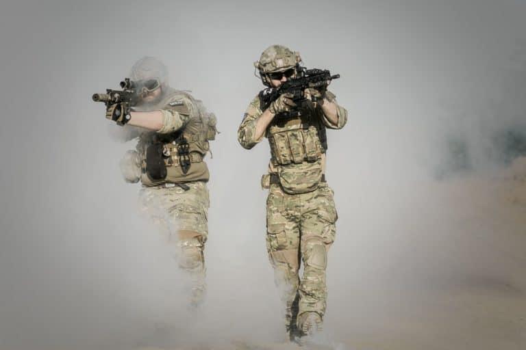 חיילים אמיצים בעשן