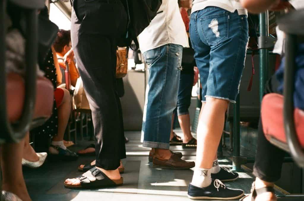אנשים עומדים באוטובוס