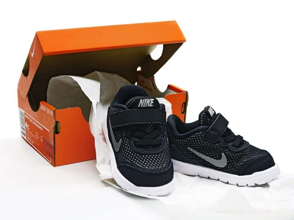 נעליים וקופסה